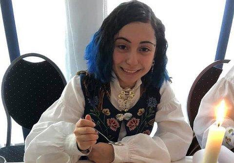 KONFIRMANT: Emma Øseth-Pettersen (14) ble konfirmert helga før 17. mai. På nasjonaldagen fikk hun en ekkel opplevelse i sin nye praktdrakt.