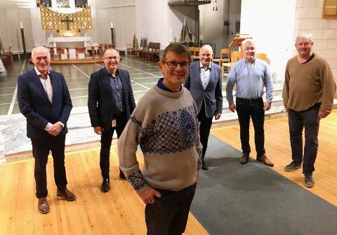 Glad sogneprest: - Stor takk til Domkameratene, sier sogneprest Kyrre Kolvik. Her sammen med noen av sponsorene: Benn Eidissen, Tord Ueland Kolstad, , Ivar Jørgensen, Einar Jørgensen og Odd Christensen.