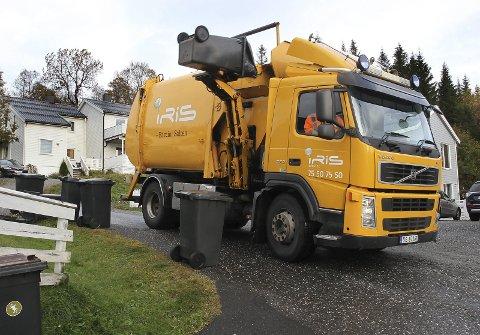 SORTERING: En søppelbil fra Iris Salten henter søppel på en privatadresse.