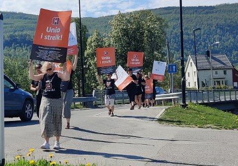 I alt 10 streikende medlemmer av UNIO markerte seg tydelig i bygda Misvær tidligere i dag. Foto: Gunnar Nordgård
