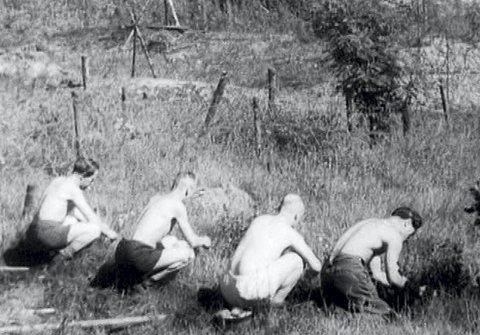 Tyske soldater ble satt til å rydde miner i hele landet. I Bergen og omegn omkom rundt tredve soldater i dette arbeidet, på landsbasis vet man om nærmere 300 som ble drept. Tallene er trolig høyere. Minefeltene ble ryddet ved at man først sprengte minene. Etterpå ble de tyske soldatene sendt for å tråkke over området, for å se om det var noen miner igjen. foto: Fra filmen «Nordmennenes egen historie: Frigjøringen»