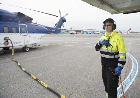 Ørjan Karlsen er den siste på jobb før helgen, som gjør at det ikke vil være fylling av drivstoff på Flesland før mandag morgen. (FOTO: ARNE RISTESUND)