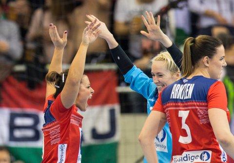 Nora Mørk og Katrine Lunde jubler under verdensmesterskapet i håndball for kvinner mellom Norge og Ungarn i EgeTrans Arena lørdag.