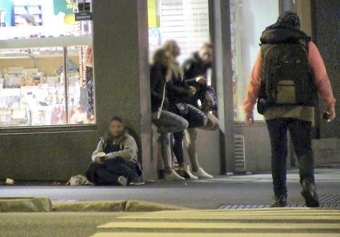 PASSER PÅ: En tiggerdame vokter de prostituerte. I gangfeltet kommer kvinner fra samme miljø. De tigger, selger sex og opererer med pinkodetyveri.FOTO: NRK BRENNPUNKT