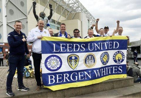 Leeds-supportere fra Bergen Whites samlet med banneret sitt før den avgjørende kampen på Elland Road sist helg. I bakgrunnen skimtes statuen av legenden Billy Bremner.