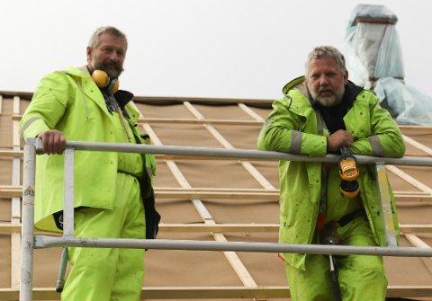 JOBBER UTE: Jobben må gjøres, selv om det regner. Det har tømrerduoen Helge Årskaug og Gunnar Olav Engesæter virkelig fått erfare i september.