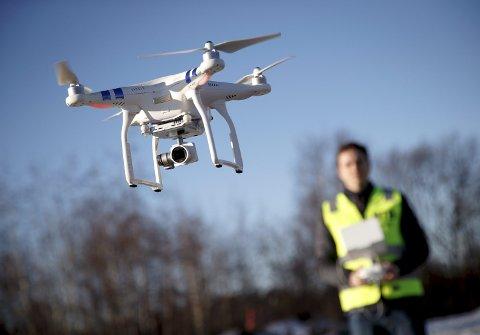 Rundt 400.000 nordmenn eier minst en drone. I år er det mange som vil få eller gi bort en drone i julegave. FOTO: HEIKO JUNGE