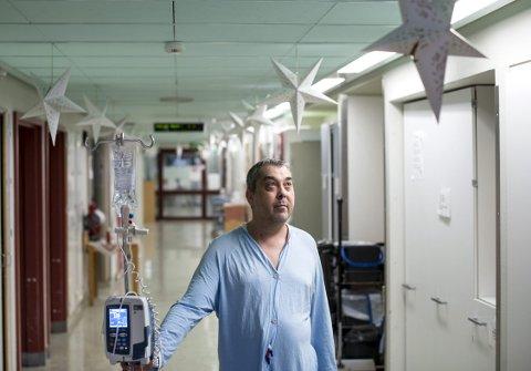 21. desember var Helge Rong en siste tur på Haukeland før jul, for å få immunterapi for blodkreft. Mimring er          ikke noe han liker å bedrive tiden med på sykehuset. – Jeg er mest opptatt av hva som skjer fremover. Hvilke muligheter har jeg fremover og hva kan skje? Bud nummer en er i bli helt frisk, sier Rong.