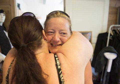 GOD KLEM: «Kamilla» måtte ta til tårene da Monika Schelander (43) plutselig møtte opp utenfor huset henne rundt juletider. Småbarnsmoren                    hadde bedt om hjelp. Hun trengte mat til seg selv og barna. I dag er hun selv en av de frivillige i KIL-fondet som ble startet opp i Kjøkkelvik idrettslag. «Kamilla» ønsker ikke å stå frem med fullt navn og bilde i avisen.  FOTO: ARNE RISTESUND