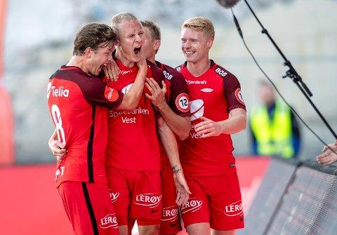 Her jubler Kristoffer Barmen (i midten) for scoring mot Haugesund i mai, sammen med blant andre Sivert Heltne Nilsen (t.h.). Nå skal han inn i rollen til Danmarks-fareren, men ikke som en kopi.