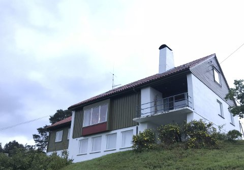På loftet i dette huset var Frithjof Sælen i sving i over tretti år. Her teikna og skreiv han. Innfelt er døme på streken hans.foto: Nicholas H. Møllerhaug