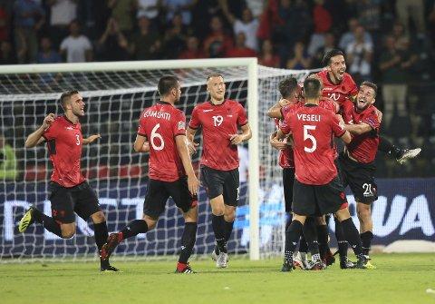 Albania-spillerne feirer scoringen til Taulant Xhaka i Nations League-kampen mot Israel fredag. (AP Photo/Hektor Pustina)