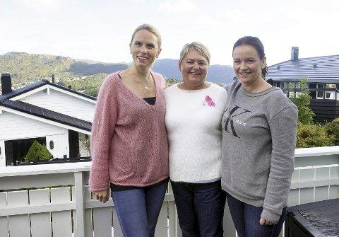 Lisa Landsvik (36), moren Grethe Landsvik (62) og svigerinne/svigerdatter Beathe Andreassen (38) ekstra motiverte til å stille i Rosa Sløyfe-løpet 4. oktober.