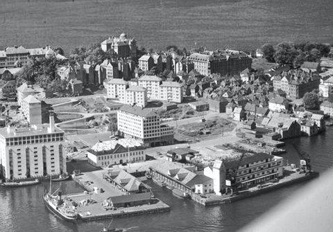 Troyegården (midt på biletet) var blant dei første nybygga på Nordnes etter eksplosjonsulukka i 1944. Dette fotoet tok Widerøes                                        flyfotograf Wilhelm Skappel i 1955.FOTO: UNIVERSITETSBIBLIOTEKET I BERGEN