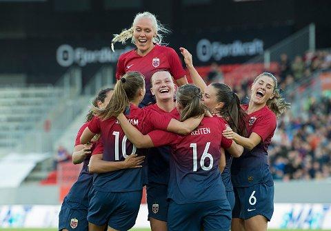 De norske damene jubler etter 2-1-seieren i privatlandskampen mot England på Brann stadion.   Foto: Marit Hommedal / NTB scanpix