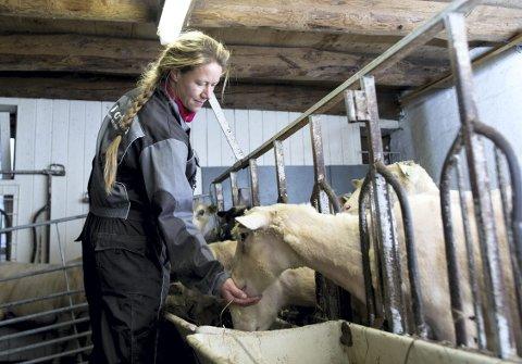 Kjersti Linn Hopland driver Ikeland gard sammen med ektemannen Sigve Hopland. Hun lager dessuten tradisjonsmat av råvarer fra gården og lokalmiljøet på Lindås. Her er hun i sauefjøset på gården.