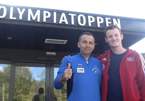 Raymond Gaassand Straume (til høyre) er ikke blant de mest kjente idrettsprofilene i Bergen. Her med trener Morten Saksvik. (Foto: Privat)