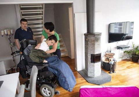 Eirik (21) har autisme og kan ikke snakke. Han går konstant rundt mamma Linda Haugland mens han summer lavt. Emilie har akkurat kommet hjem fra skolen. Hun tilbringer store deler av dagen på en madrass i stuen.