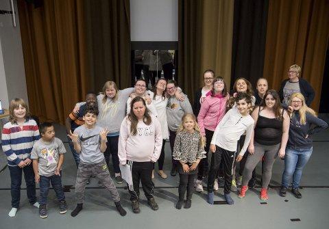 Denne gjengen, kalt Musikalløvene, gleder seg enormt til de skal sette opp forestillingen Løvenes Konge i Fana kulturhus lørdag 11. mai. – Dette er en utrolig gøy gjeng å jobbe med, sier regissør Lykke Kristine Moen (30)