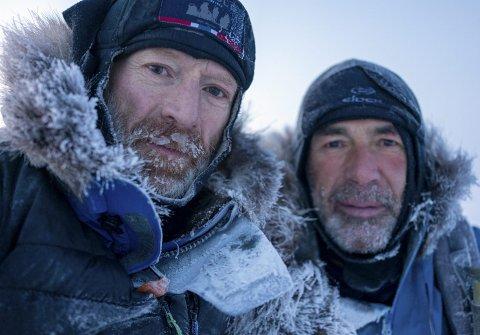 Nordpolfarerne Børge Ousland (til v.) og Mike Horn var slitne og medtatte da de endelig nådde målet etter 1500 kilometer på ski i kulde og is. – Vi ante ingenting om medieoppstyret hjemme.