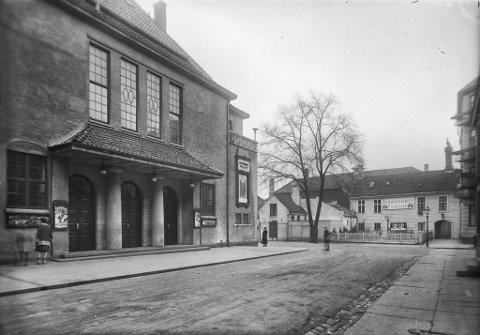 Slik såg konsertpaleet ti år etter opninga i 1918.  Bygget vart teikna av  arkitekt Egill Reimers og var byens fremste konsertsal i ei årrekke. Både Harmonien og Festspillene hadde Konsertpaleet som heimebane.