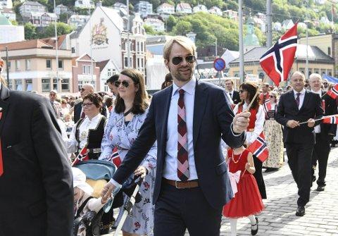 Selv om det ikke blir som i fjor, med hovedprosesjon og fullstappet Bergen sentrum, tror byrådsleder Roger Valhammer at årets nasjonaldagsfeiring blir skikkelig fin.