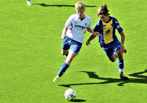 13-19 år: Bergen Fotballcup er en turnering for gutte- og jentelag mellom 13 og 19 år. Her er arrangørklubben Vareggs Petter Nepstad (t.h.) i en kamp mot Vadmyra i 2018.