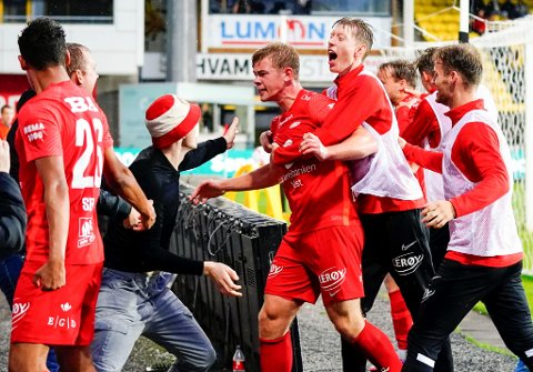 Ole Martin Kolskogen kastet seg rundt målscorer Aune Heggebø etter scoringen til spissen mot Lillestrøm. Nå håper han at en eventuell feiring blir med drakt og ikke overtrekksdrakt mot Viking torsdag.