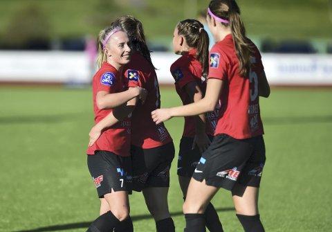 Thea Bjelde og resten av Arna-Bjørnar-spillerne får en ny ledelse, når toppfotballstyret i klubben nå er nedlagt.