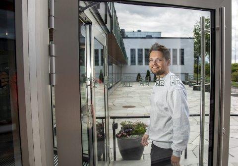 Sideveien inn: Bjørnar Blom (25) fikk avslag på søknaden til Norges Handelshøyskole (NHH) da han kom rett fra videregående skole, men etter en solid bachelor ved Hauge School of Management i Oslo, kom han i 2020 rett inn på førsteopptaket til master ved NHH. Foto: Eirik Hagesæter