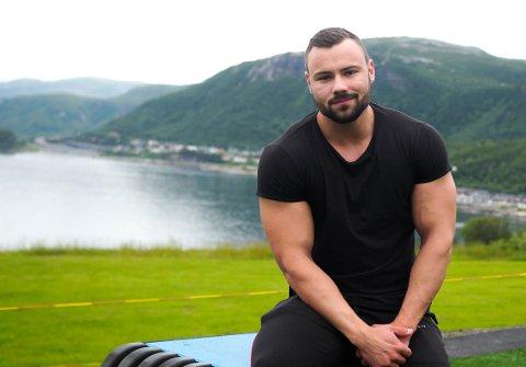 August Kolberg (21) forteller om oppveksten og om den yrende interessen for trening.