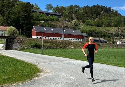 LETT I STEGET: - Ja, dei seier at eg har eit lett steg. Eg veit ikkje kvifor, seier Morten Tengesdal. Det finst andre i slekta hans som òg er raske til beins, så sannsynlegvis er det genetisk. Men fram til for eit par år sidan var løpstalentet hans godt skjult.