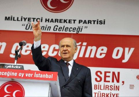 """NYFASCISTISK PARTI: """"MHP er et ultranasjonalistisk og nyfascistisk parti som går inn for en hardhendt politikk overfor etniske og religiøse minoriteter, i et land som er tungt lastet med tradisjoner for undertrykkelse og massedrap på slike grupper"""", skriver statsviter Dag Einar Thorsen i denne kronikken. På bildet ser du MHPs leder Devlet Bahceli som gjør ulvetegnet under et valgkamparrangement i Istanbul for et år siden."""