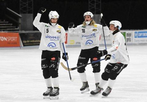 SSK-JUBEL: Her jubler Solbergs Emil Gulbrandsen (t.v.) for scoring mot Stabæk på Stabekkbanen onsdag kveld. I midten: Mathias Stavis. Til høyre: Lars Fredrik Olsen.
