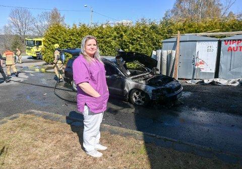 BRANN: Anette Valstad ble oppringt av en nabo om at det brant i en bil på utsiden av huset hennes. Da var det bare å kjappe seg hjem fra jobb.