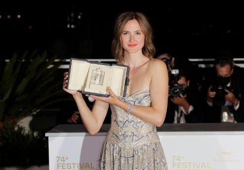Renate Reinsve etter at hun lørdag fikk hun prisen for beste kvinnelige skuespiller for rollen som Julie og filmen «Verdens verste menneske».
