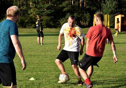HOBBYSPILLER: Runar Gustavsen (i hvit trøye) spilte i sin ungdom for Mjøndalen. Men etter hvert flyttet han til Geithus, og nå stortrives han som hobbyspiller i fotballens kjelleretasje.