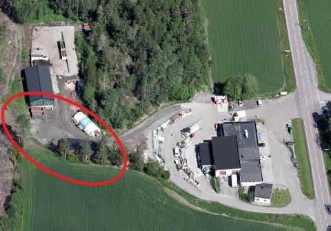 Det er i området med den røde ringen at Enebakk Produkter ønsker å bygge sitt nye lokale. Det gamle bygget nærmere fylkesvei 120 skal etter planen rives.