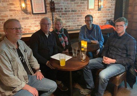 BACK TO BASIC: John Tore Svendsen, Hogne Heir Statle, Edna Toften, Sigurd Lyngroth og Steffen Longva på quiz på Nøden pub.