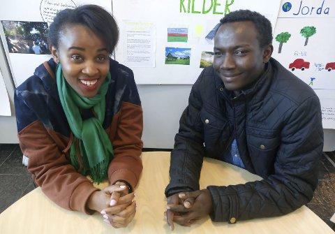 Amida Musafiri (t.v.)  frå Kongo og Esa Ishaq Kano frå Sudan kom til Norge på helt forskjellige måter, men er begge godt i gang med å skape seg et nytt liv her, langt fra de vonde hendelsene som tvang dem på flukt. Foto: Hendrix D. Juson