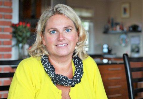 TEK OVER: Anne Leversund er innstilt som ny leiar i Florø Fotball. Arild Melvær gir seg etter 14 år som leiar i styret.