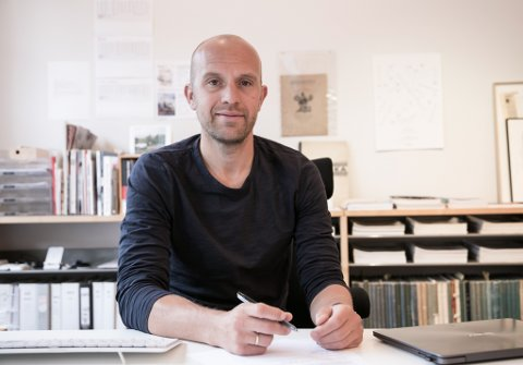 MOTSTRAUMS: Redaktør Gaute Brochmann i norges einaste tidsskrift for arkitektur Arkitektur N meiner vi i større grad bør bygge nye bygg som passar inn i omgjevnadene, i staden for signalbygg som på død og liv må stikke seg ut.