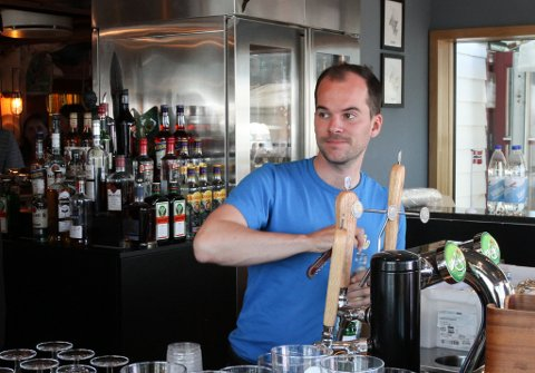 Jan Fredrik Fosse i full sving i baren under fjorårets Kystfestival. I år blir det ingen festival, og drifta er såvidt kommen i gang igjen etter koronastenginga.