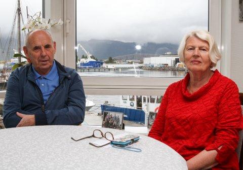 Nestleiar Arne Rognaldsen og leiar Reidun Espeland i Pensjonistlaget er forbanna over situasjonen på Furuhaugane omsorgssenter, der det no må kjøpast inn kjøletårn til pasientromma. Det er ikkje komme solskjerming på plass, og ein har heller ikkje starta arbeidet med ventilasjonsanlegget.