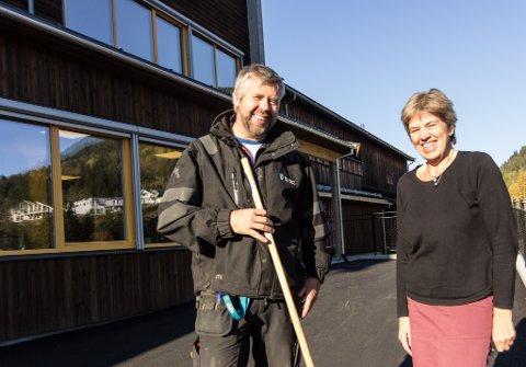 FLUNKANDE NY: Rektor Anne Finsveen Midtbø og driftskoordinator Ottar Klopstad er svært nøgde med oppussingane på Sunde skule.
