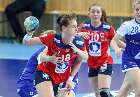 LANDSLAGET: I fjor vår var Kjerstin Boge Solås med på å slÅ Island 26-24 med landslaget i Nadderudhallen. NO skal 22-åringen bruke tidA i Byåsen på å komme tilbake på landslaget.