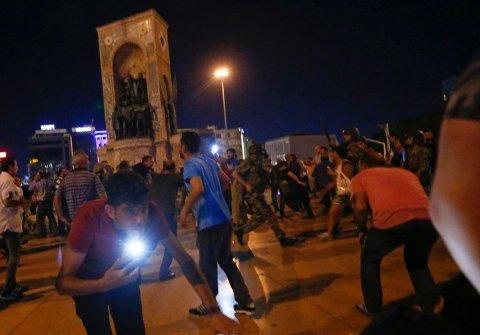 KUPPFORSØK: President Erdogans støttespillere blir spredt av militæret som skyter i luften på Taksimplassen i Istanbul natt til lørdag 16. juli.
