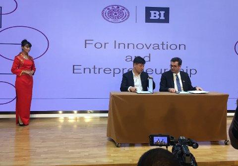 Signerer: Styreleder Espen Krogh til høyre, signere avtalen med Yield Capital i Beijing.