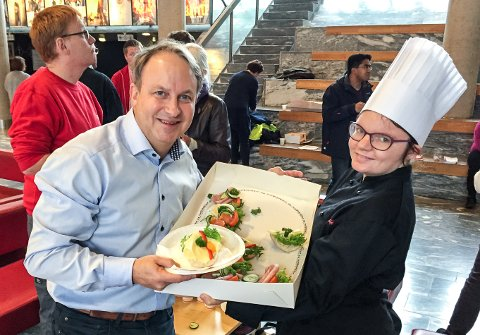 Den viktigste frokosten: Daglig leder i Fasvo Morten Huth og får servert frokost av Maya Mikkelsen i cateringen på Fasvo