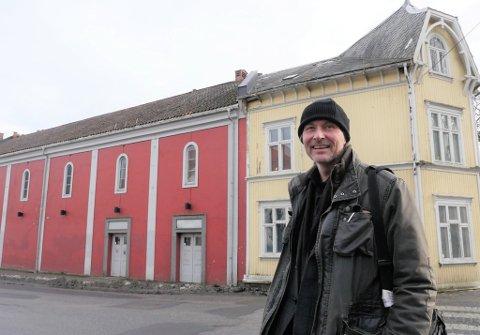 Vil bevare Trara-miljøet:  Byantikvar Vegard Lie ønsker at Røde Mølle med bygningene på begge sider skal bevares, de kan flyttes og tilbakeføres til samme sted. De kan også inngå i stasjonsområdet på Grønli, mener byantikvaren. (Foto: Øivind Lågbu)
